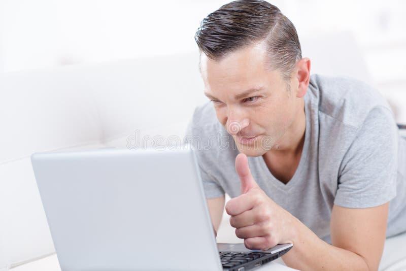 Mężczyzny mienia laptop i aprobaty salowi fotografia royalty free
