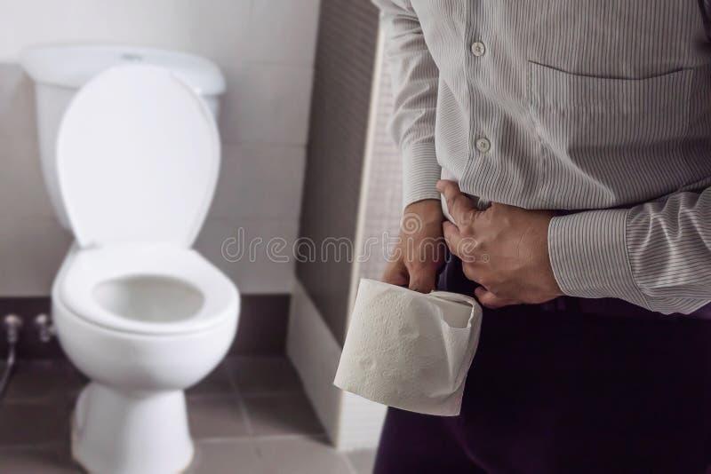 Mężczyzny mienia tkanka blisko toaletowego pucharu obraz royalty free