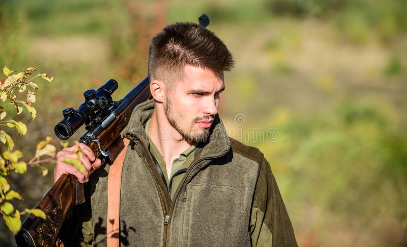 Mężczyzny myśliwy z karabinu pistoletem Boot Camp Łowieckie umiejętności i broni wyposażenie Jak zwrota polowanie w hobby Wojskow fotografia stock
