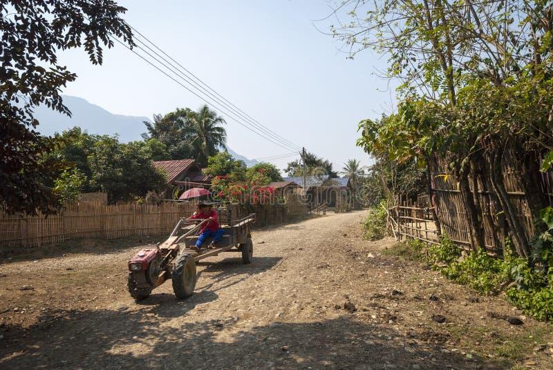 Mężczyzny napędowy ciągnik, Vang Vieng obrazy royalty free