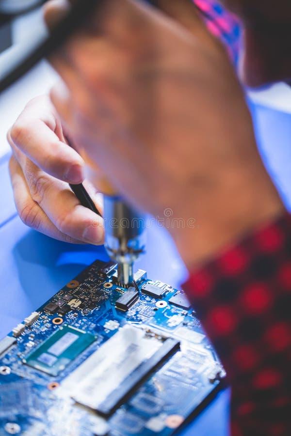 Mężczyzny naprawiania komputeru główna deska obrazy stock