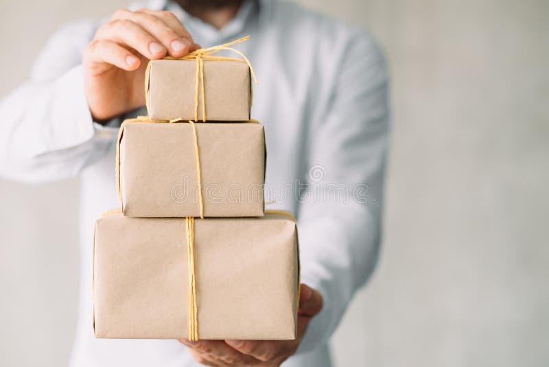 Mężczyzny ofiara zawijający pudełkowaty doręczeniowy online zakup zdjęcia stock