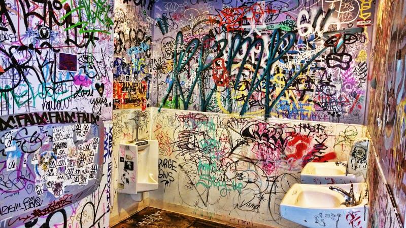 Mężczyzny pokój zakrywający z graffiti zdjęcia stock