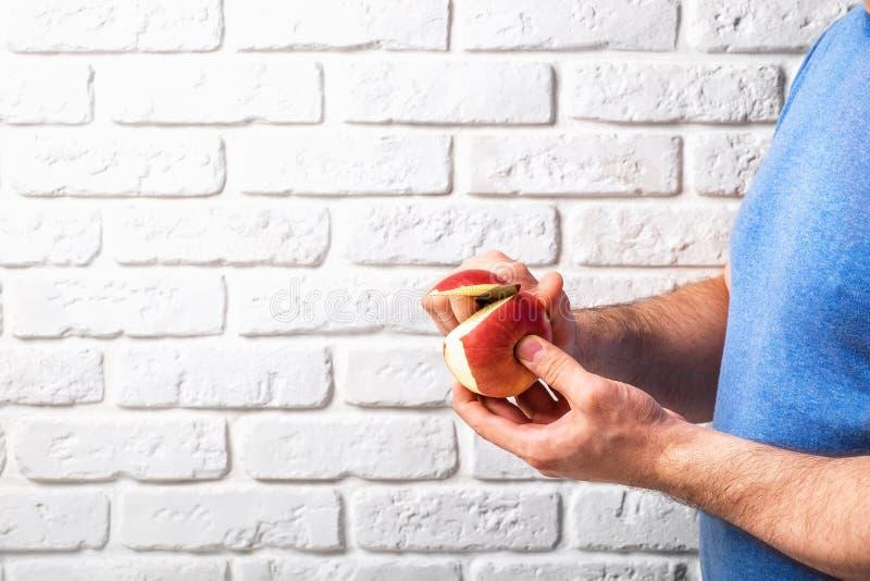 Mężczyzny rżnięty jabłko w ręce obrazy stock