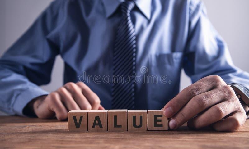 Mężczyzny seansu słowa wartość z drewnianymi blokami obrazy royalty free