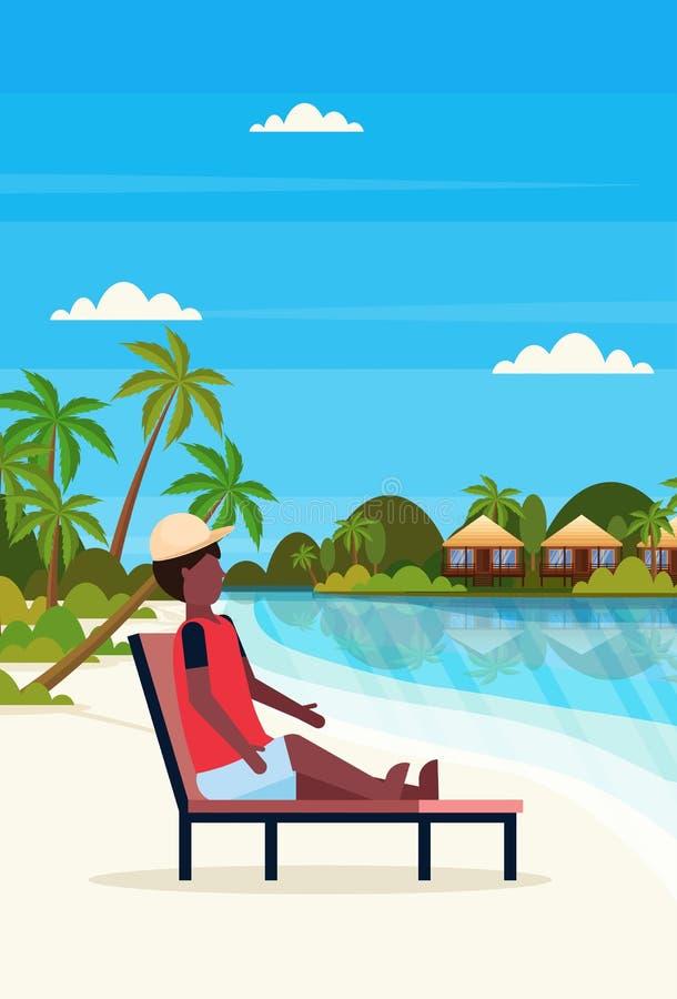 Mężczyzny siedzącego słońca holu łóżkowy krzesło na tropikalnych wyspy willi bungalowu hotelu plaży nadmorski zieleni palmach ksz ilustracji