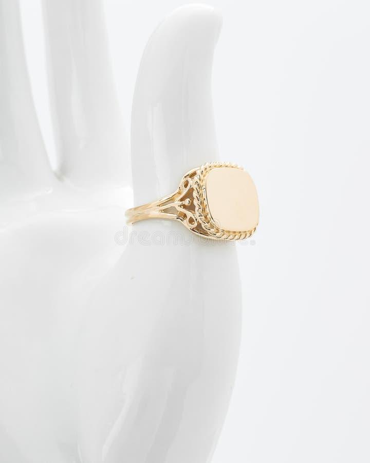 Mężczyzny Signet Złocisty pierścionek zdjęcie royalty free