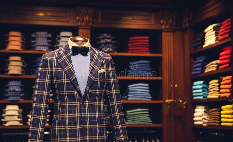 Mężczyzny sklep odzieżowy, kostium z koszula i łęku krawat na mannequin, fotografia stock