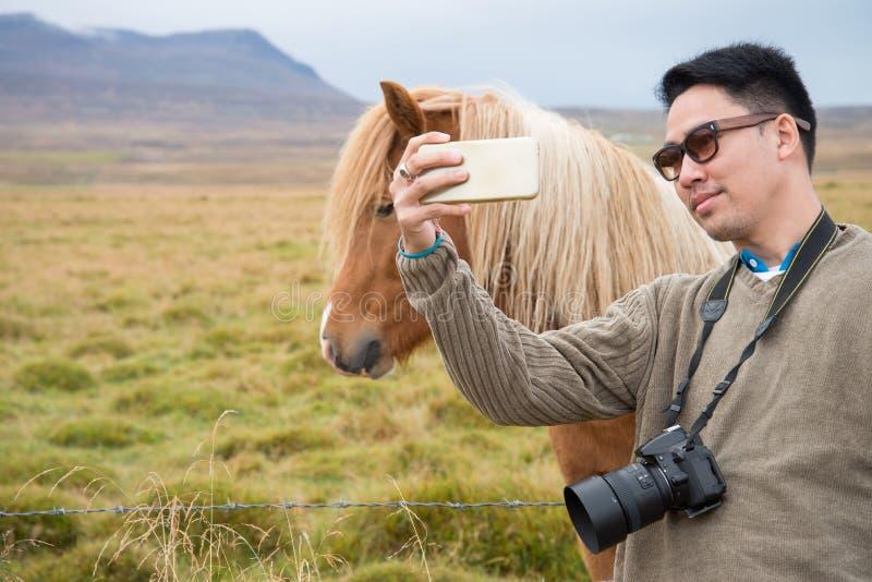 Mężczyzny turysta wziąć fotografię zdjęcia stock