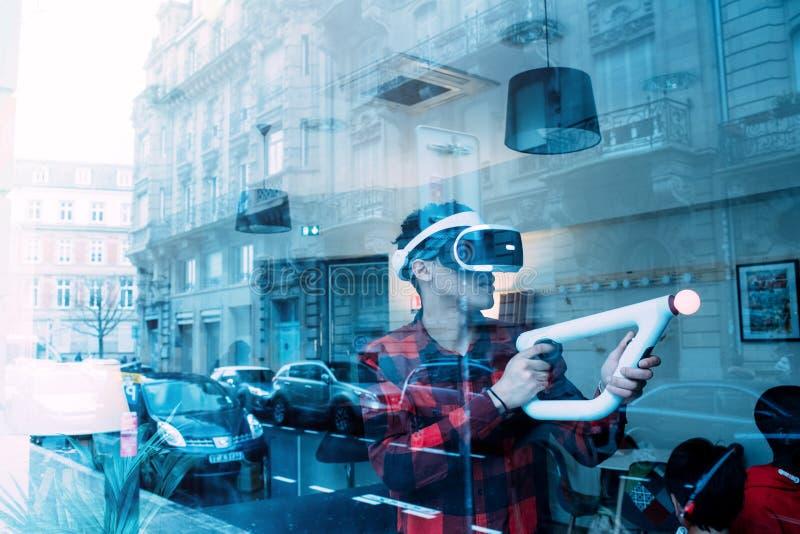 Mężczyzny VR słuchawki Precyzyjny celowanie dla PlayStationVR celu kontrolera zdjęcia stock