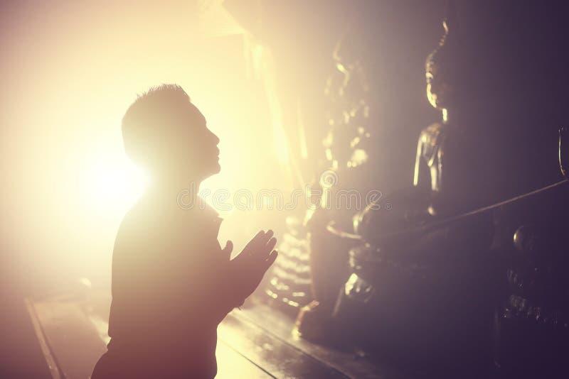 Mężczyzny wynagrodzenia szacunek Buddha statua fotografia royalty free