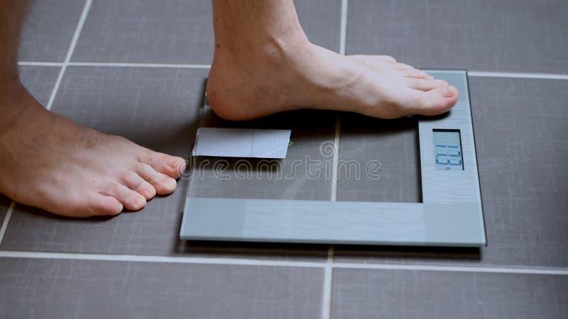 Męscy cieki na szklanych skalach, mężczyzna dieta, ciało ciężar zdjęcia royalty free