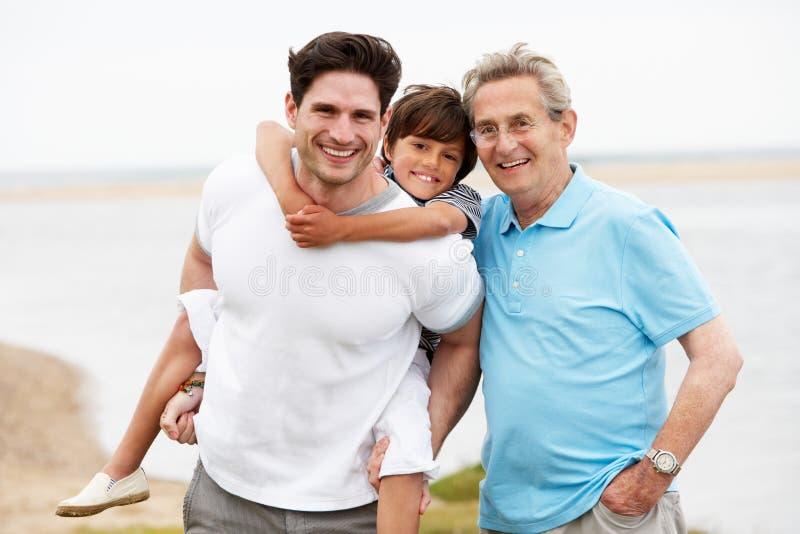 Męscy członkowie Wielo- pokolenia Rodzinna pozycja morzem obrazy royalty free