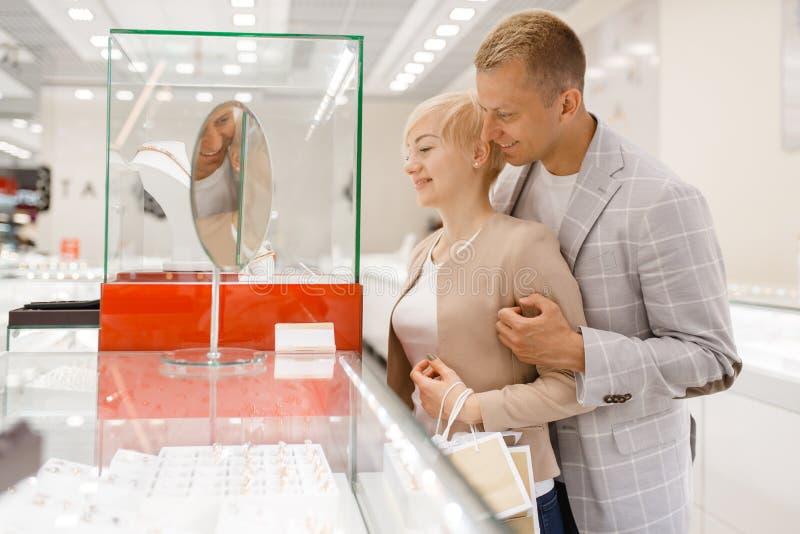 Męscy i żeńscy konsumenci w sklepie jubilerskim zdjęcie stock