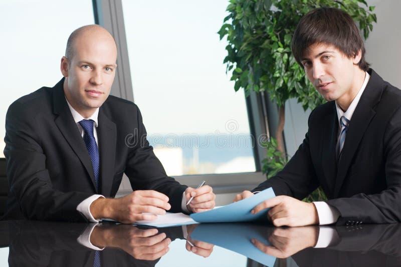 Męscy szefa podpisywania dokumenty zdjęcia royalty free