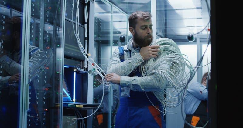 Męscy technicy pracuje w centrum danych obraz royalty free