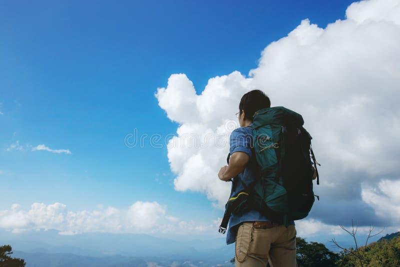 Męscy turyści i plecaki przy niebem zdjęcie stock