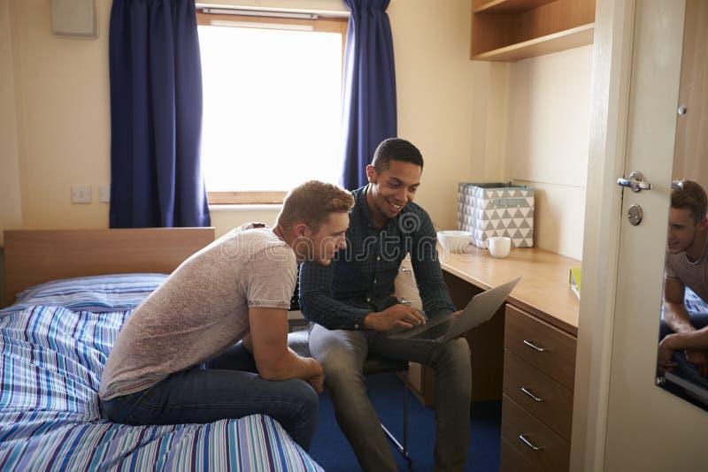 Męscy ucznie Pracuje W sypialni kampusu zakwaterowanie obrazy royalty free