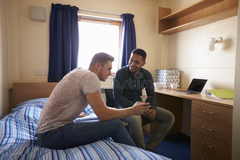 Męscy ucznie Pracuje W sypialni kampusu zakwaterowanie zdjęcia royalty free