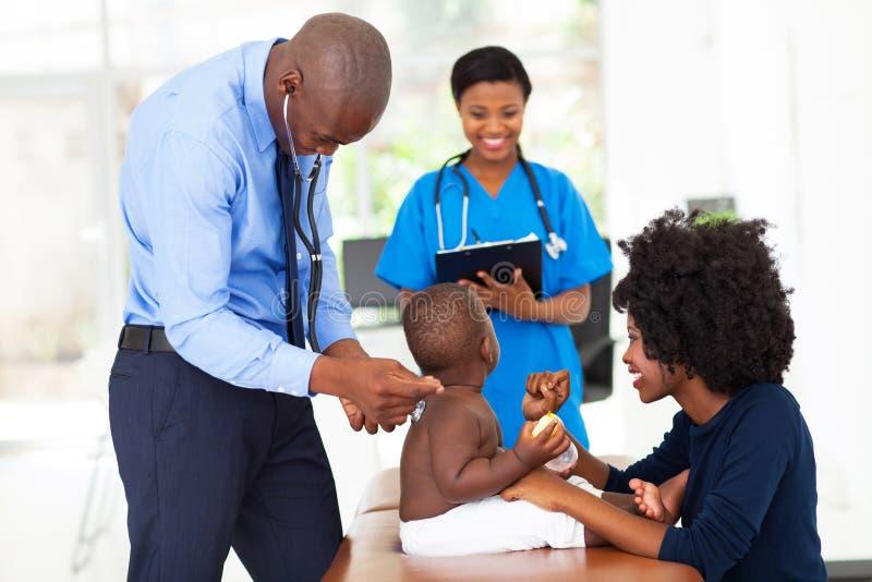 Pediatryczny lekarki egzamininować zdjęcie stock