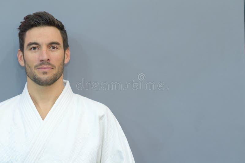 Męska atleta pozuje w kimonie obrazy royalty free