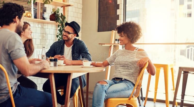 Męska barista pozycja przy sklep z kawą zdjęcia stock