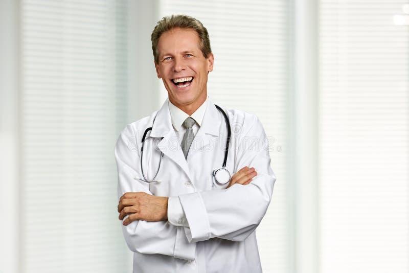 Męska caucasian lekarka jest roześmiana obraz royalty free