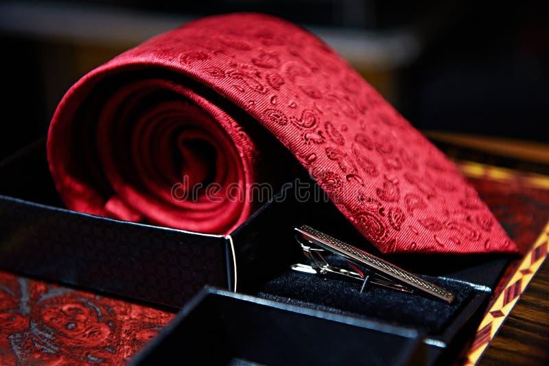 Męska czerwona krawata i metalu klamerka zdjęcia stock