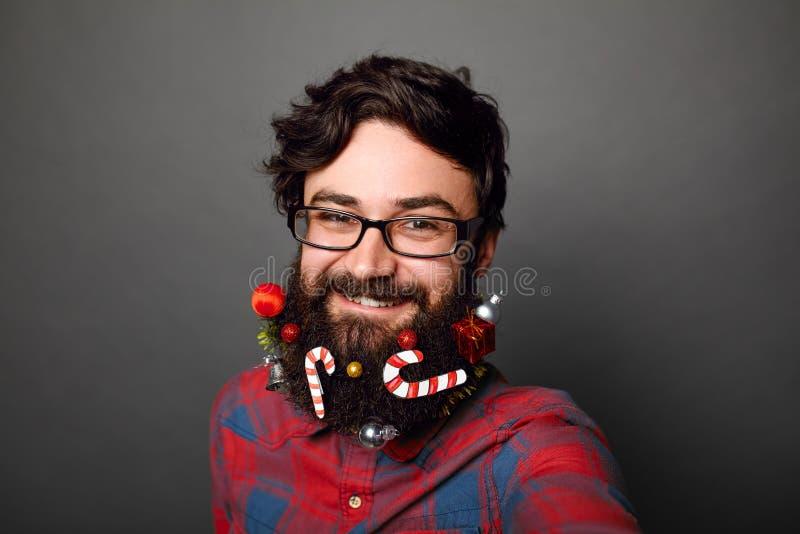 Męska fajtłapa przygotowywająca świętować dla nowy rok lub bożych narodzeń zdjęcie stock