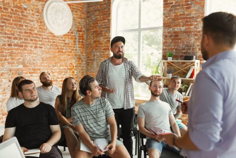 Męska głośnikowa daje prezentacja w sali przy uniwersyteckim warsztatem zdjęcia royalty free