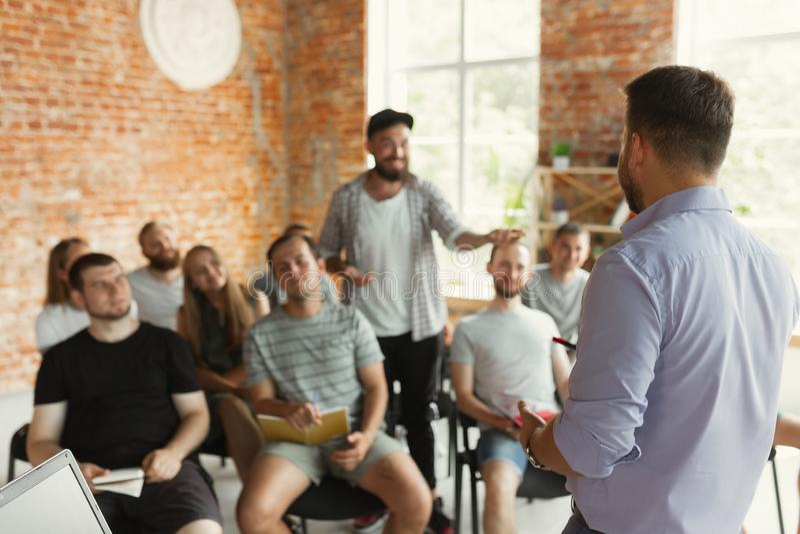 Męska głośnikowa daje prezentacja w sali przy uniwersyteckim warsztatem zdjęcie stock