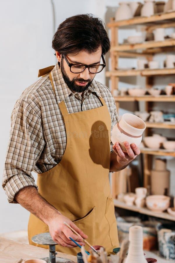 męska garncarka maluje tradycyjnego ceramicznego dishware fotografia stock