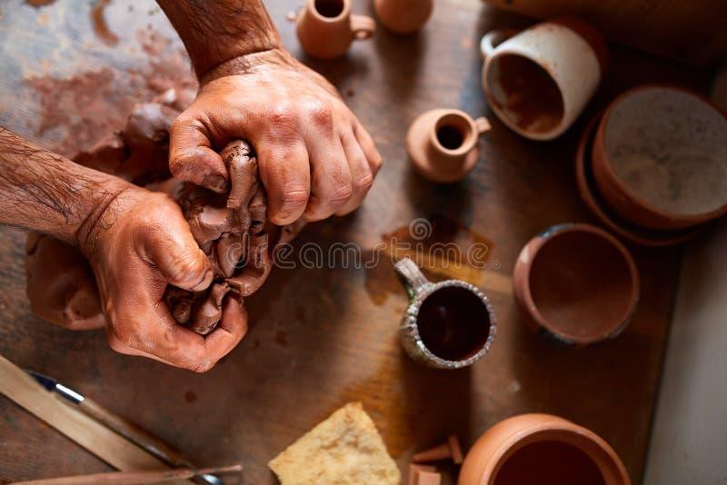 Męska garncarka pleśnieje glinę w ceramicznym warsztacie, zakończenie, selekcyjna ostrość, odgórny widok obraz stock