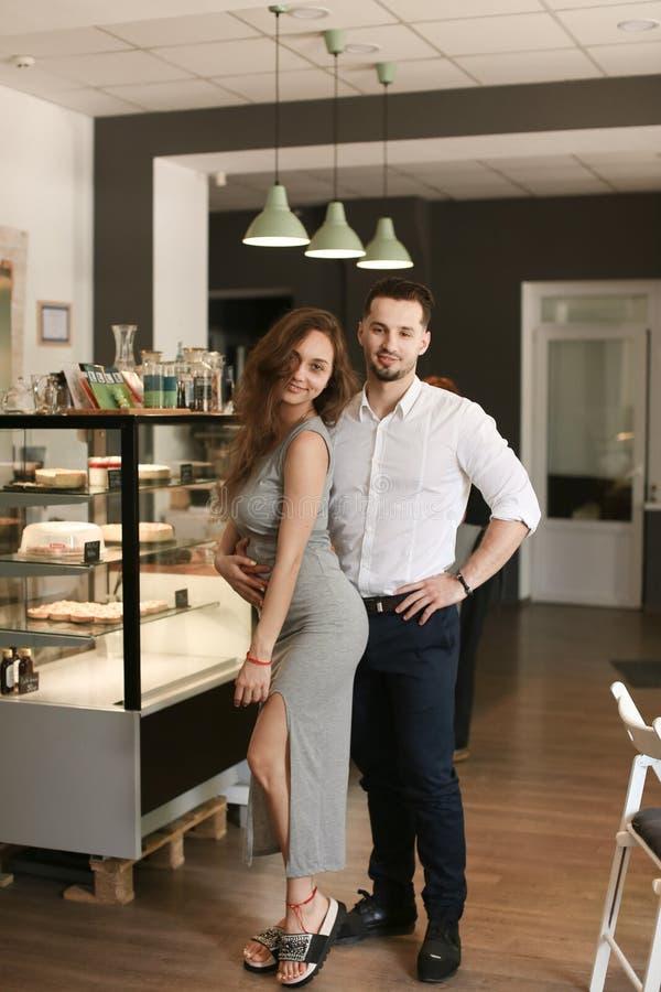 Męska kelnera i kobiety administratora pozycja przy kawiarnią obrazy stock