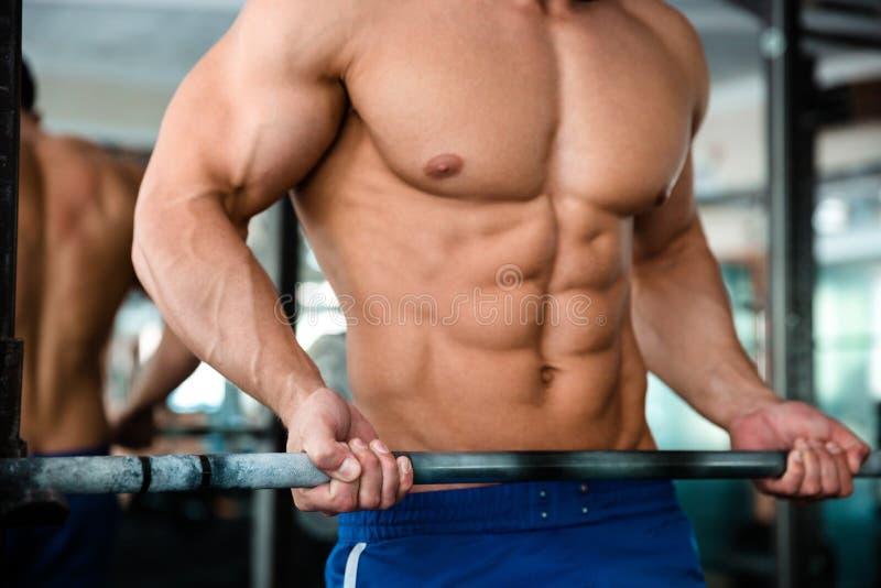 Męska klatka piersiowa z barbell w gym obrazy royalty free