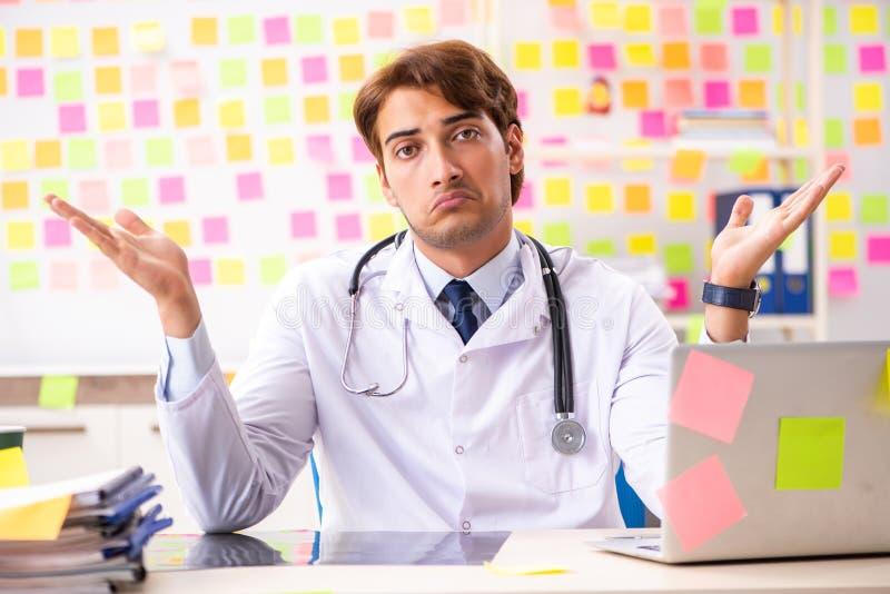 Męska lekarka z wiele sprzecznymi prioritites obrazy royalty free