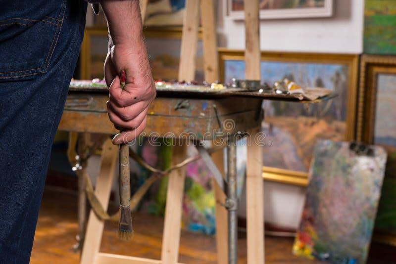 Męska malarz ręka trzyma paintbrush zdjęcia royalty free