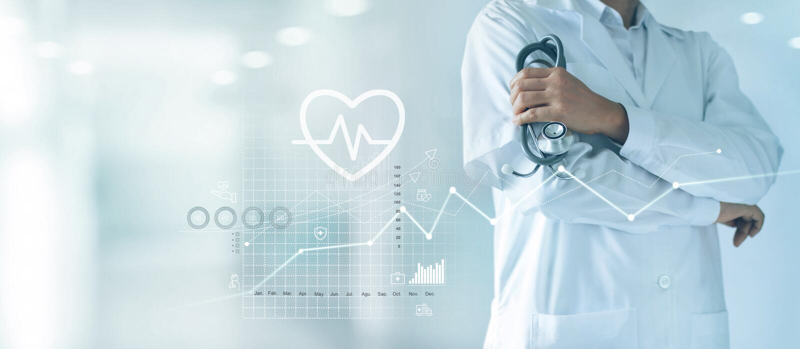Męska medycyny lekarka stoi pewnie na szpitalnym tle z stetoskopem w ręce zdjęcia royalty free