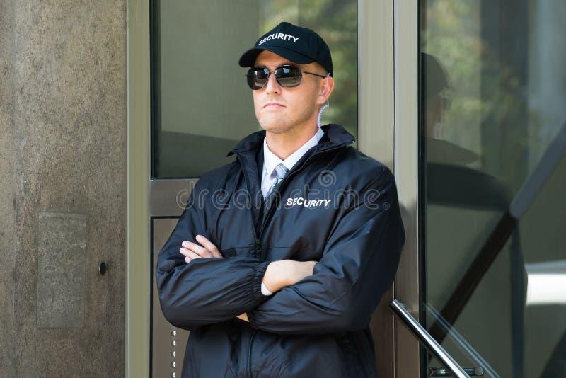 Męska pracownik ochrony pozycja Przy wejściem obraz royalty free