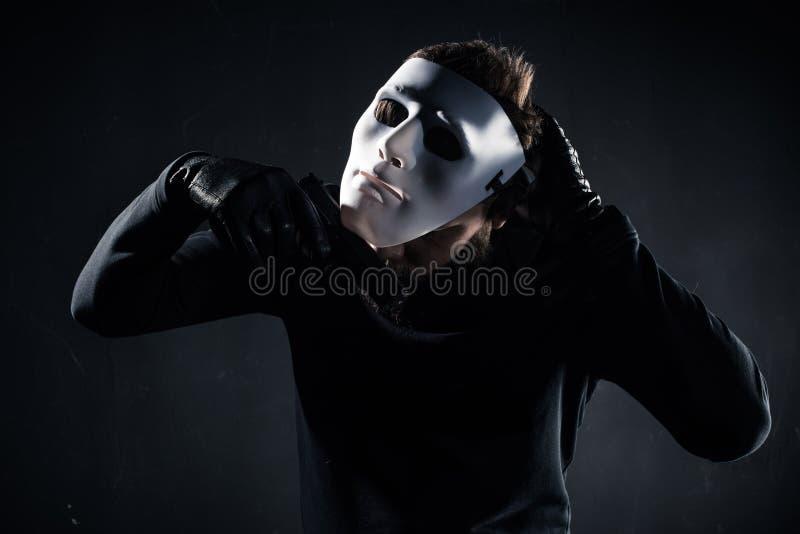 Męska przestępca bierze biel maskę daleko zdjęcie royalty free
