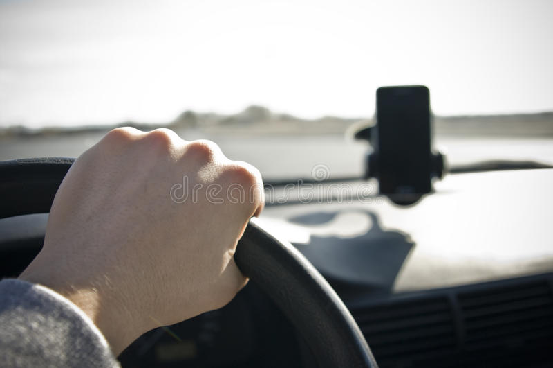 Męska ręka na kierownicie obraz stock
