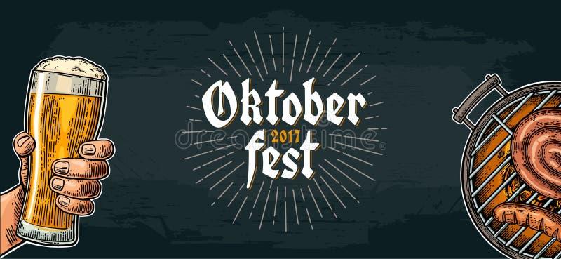 Męska ręka trzyma piwnego szkło i grill piec na grillu festiwal oktoberfest royalty ilustracja