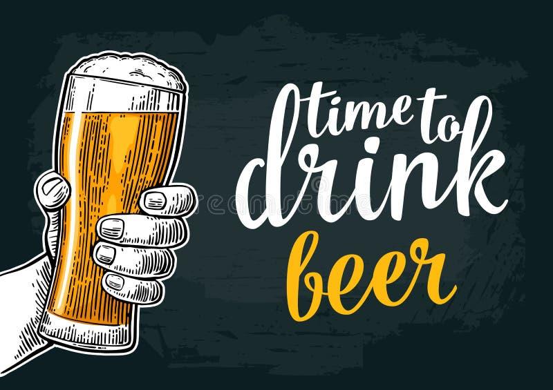 Męska ręka trzyma piwnego szkło Urodzony pić piwo ilustracji