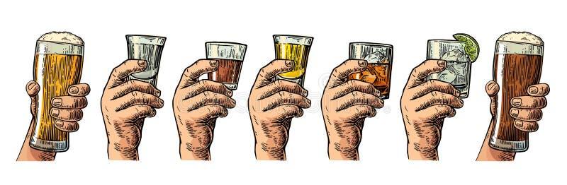Męska ręka trzyma szkło z piwem, tequila, ajerówką, rumem, whisky i kostkami lodu, ilustracji