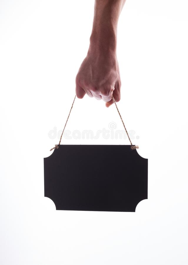 Męska ręka trzyma wieszającego czerni pustego chalkboard zdjęcie royalty free