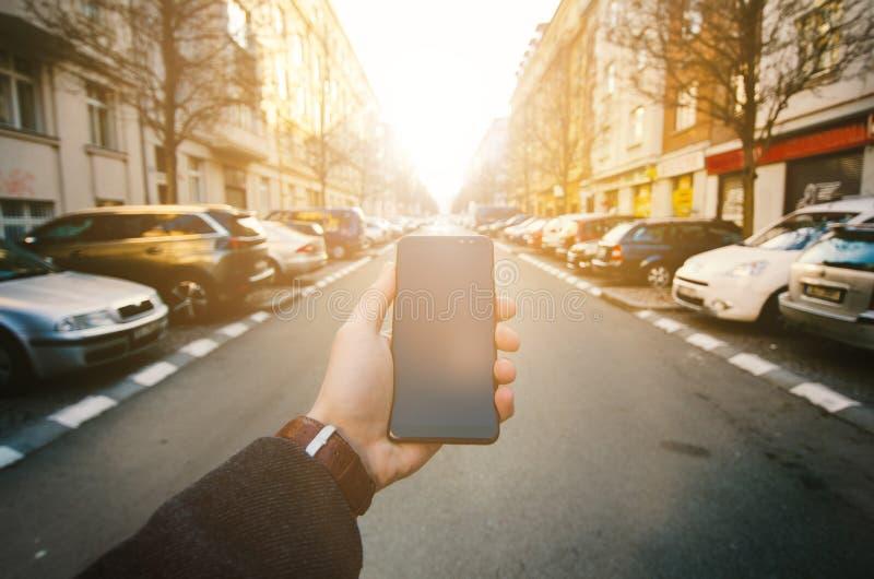 Męska ręka używać mądrze telefon na ulicie Pojęcie technologia i socjalny sieć Biznesowy mężczyzna z zegarkami, żakiet i bierze p zdjęcie royalty free