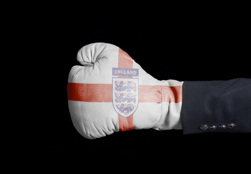 Męska ręka w Bokserskiej rękawiczce z Trzy lwów piłki nożnej Anglia drużyny futbolowej Krajową flaga zdjęcie royalty free