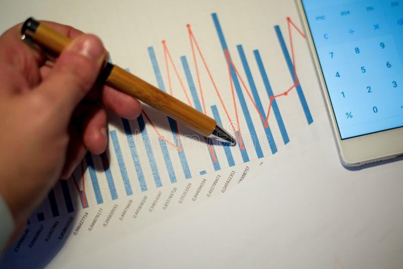 Męska ręka wskazuje przy szpaltową mapą drukującą na białym prześcieradle papier podczas biznesowego spotkania zdjęcia stock