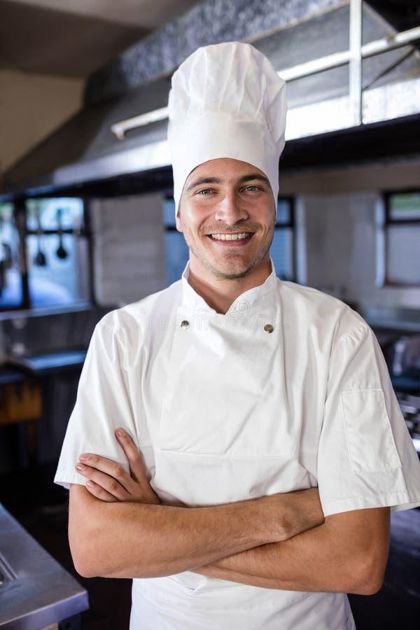 Męska szef kuchni pozycja z rękami krzyżował w kuchni obraz stock