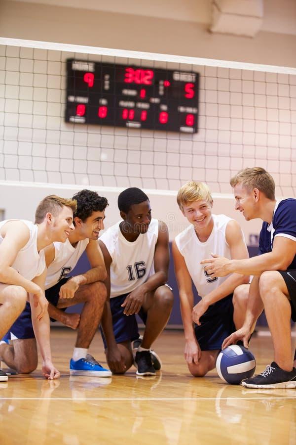Męska szkoły średniej siatkówki drużyna Ma Drużynową rozmowę Od trenera zdjęcia stock